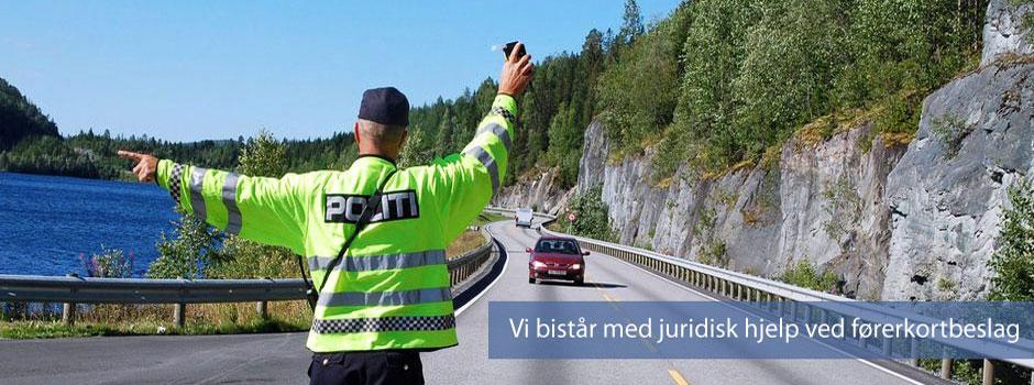 Billist blir stopppet av politiet - førerkortsaker